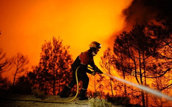 A firefighter of Alcoy and Elda tries to